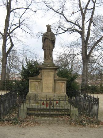 Вышеград Памятник императору Карлу Четвертому