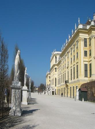 Около дворца Шёнбрунн