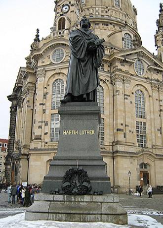 Памятник Мартину Лютеру на пл. Ноймаркт