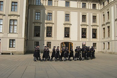 Стражни заступают на охрану Пражского Града