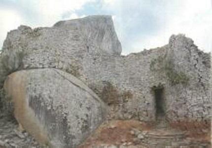 Вход в каменный комплекс Зимбабве